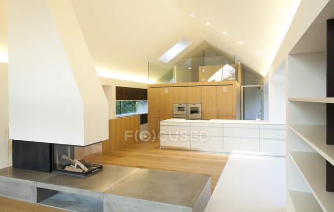 Домовладения, современная гостиная и кухня открытой планировки — стоковое фото