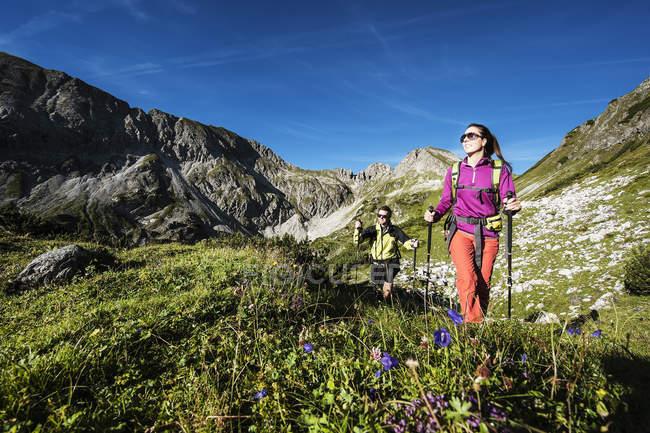 Austria, Altenmarkt-Zauchensee, coppia giovane escursioni a Niedere Tauern — Foto stock