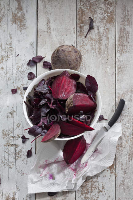 Bowl of beetroots and leaves — Stock Photo