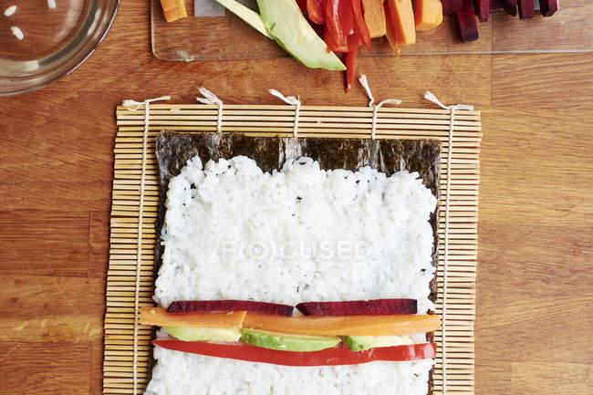 Gemüse Sushi mit Reis machen auf einem Nori-Blatt — Stockfoto