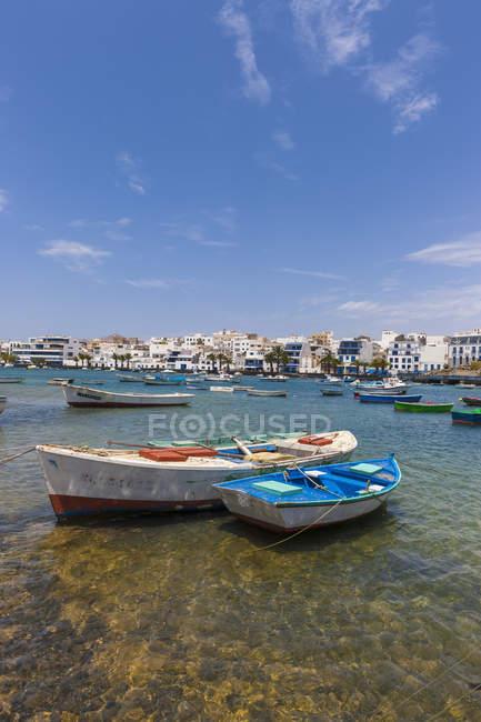 Spanien, Kanarische Inseln, Lanzarote, Arrecife, Blick zum Charco de San Gines und festgemachten Boote — Stockfoto