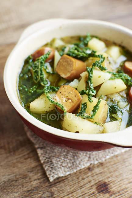 Portugiesischen Caldo Verde mit Kartoffeln, Wirsing und vegane Würstchen — Stockfoto