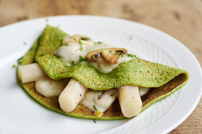 Espinacas verdes champiñones salsificar crepes - foto de stock