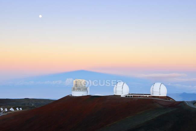 США, Гаваї, Великому острові, Мауна-Кеа, переглянути до обсерваторії в ранкові сутінки — стокове фото