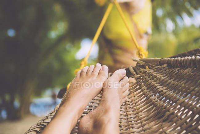 Філіппіни, Палаван острів, порт Бартон, ноги жінки в гамаку, очерету — стокове фото