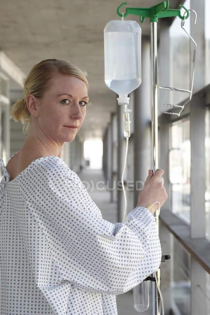 Patiente avec goutte-à-goutte Iv à l'hôpital — Photo de stock