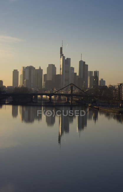 Deutschland, Frankfurt, Skyline mit Wasserspiegelung am Main im Vordergrund — Stockfoto