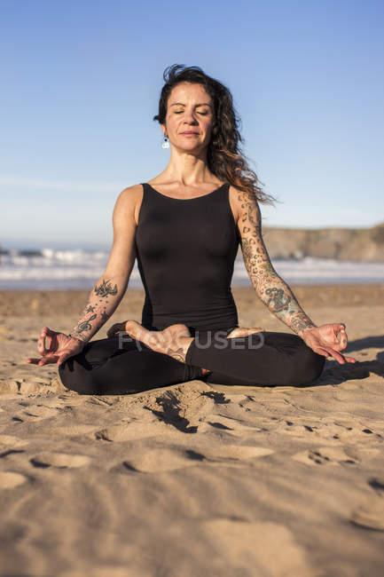 Espagne, Asturies, Aviles, femme pratiquant le yoga sur la plage — Photo de stock