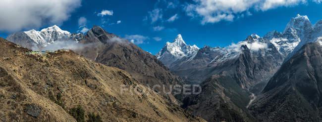 Непал, Кхумбу, Эверест регион, долине Кхумбу с Kantega, Ама-Даблам и Нупцзе — стоковое фото
