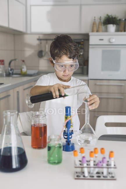 Хлопчик грає наукових експериментів на дому — стокове фото
