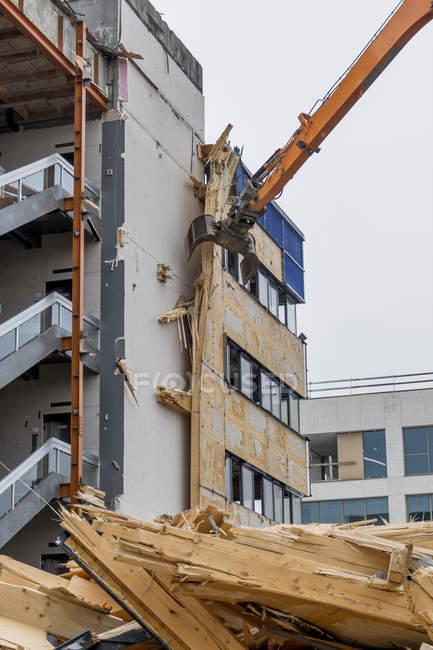 Demolizione di un edificio per uffici con attrezzi speciali — Foto stock
