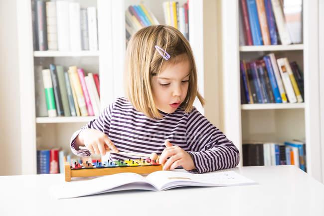 Petite fille jouant xylophone — Photo de stock
