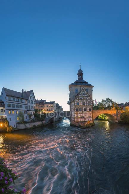 Германия, Бавария, Бамберг, вид старой ратуши и река Регниц в сумерках — стоковое фото