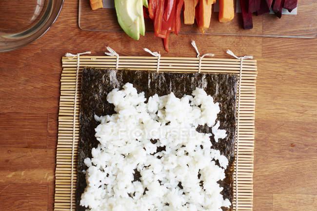 Sushi-Reis, Nori-Blatt verteilen — Stockfoto
