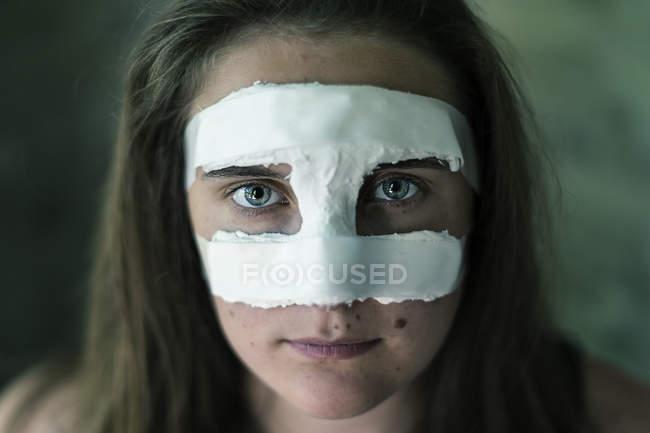 Ritratto di giovane donna con naso intonacata — Foto stock