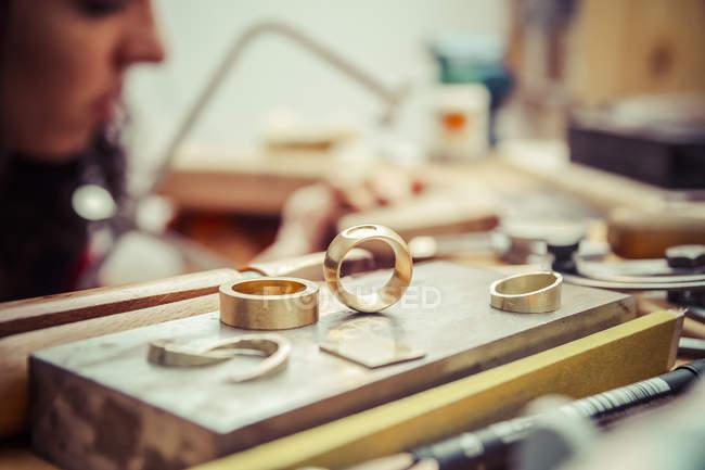 Werkstücke und Werkzeuge in der Werkstatt eines Goldschmieds — Stockfoto