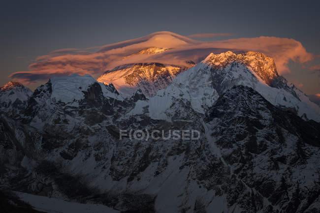 Непал, Кхумбу, Эверест регион, закат на Эверест из Гокио Ри пик — стоковое фото