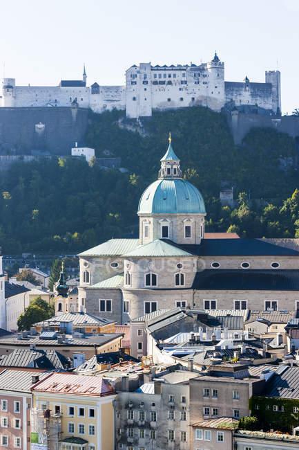 Австрія, Зальцбург, міський пейзаж, видно з Kapuzinerberg з замок Хоензальцбург та церкви — стокове фото