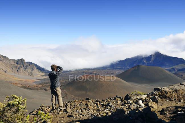 США, Гаваї, Мауї, Халеакала, людина беручи малюнок вулканічну з шлаку — стокове фото