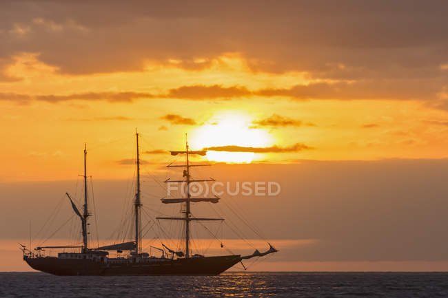 Pacific Ocean, Sailing ship at sunset — Stock Photo