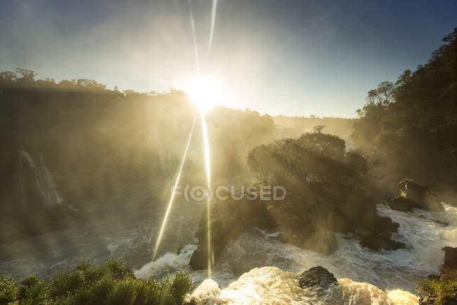 Paysage de coucher de soleil avec chutes d'iguazu — Photo de stock