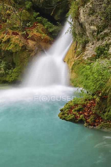 Espanha, Navarra, Parque Natural Urbasa-Andia, Urederra, cachoeira — Fotografia de Stock