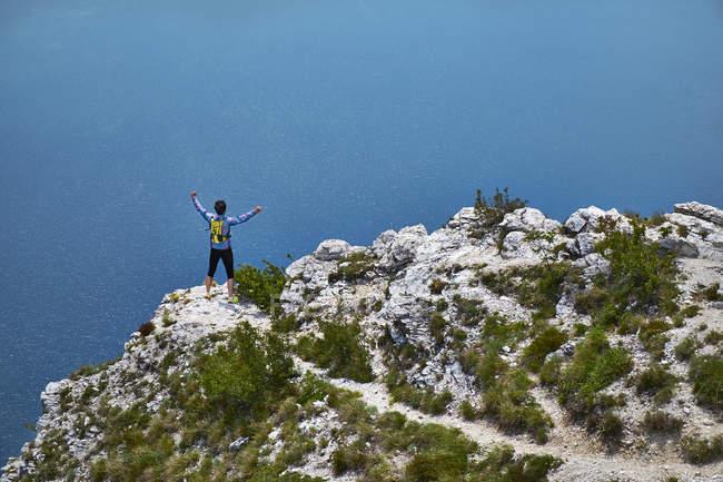 Man cheering on mountain — Stock Photo