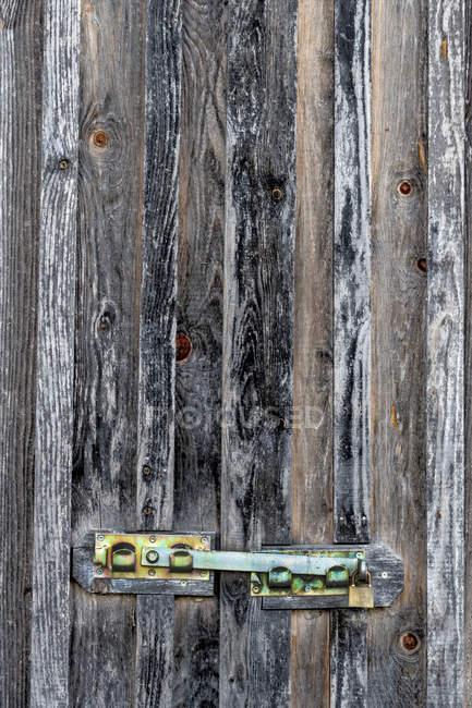 Запертая деревянная дверь — стоковое фото