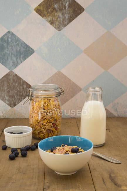 Glutenfreies Müsli mit Blaubeeren auf Holztisch — Stockfoto