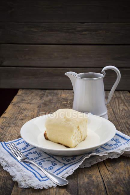 Дрожжевой кнедлик с ванильным соусом — стоковое фото