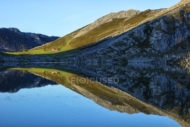 Spagna, riflesso di Picos de Europa nel lago Enol — Foto stock