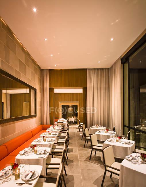 Marruecos, Fez, Hotel Riad Fez, mesas en el restaurante - foto de stock