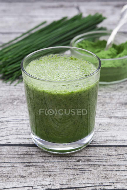 Close up of Glass of wheatgrass smoothie — Stock Photo