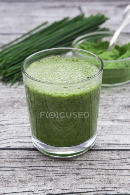 Close-up do copo de suco de wheatgrass — Fotografia de Stock