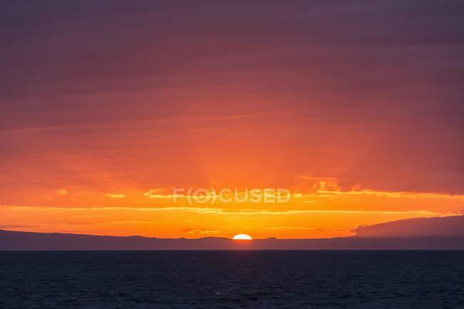 Тихий океан, Галапагосские острова, закат над островом Сантьяго — стоковое фото