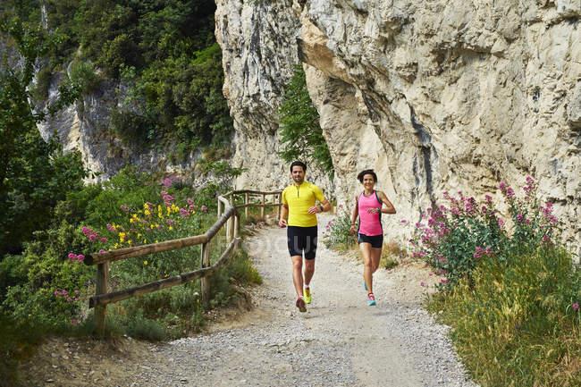 Jogging di coppia sul Lago di Garda — Foto stock