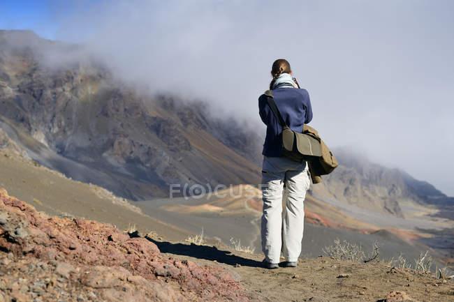 США, Гаваї, Мауї, Халеакала, жінка беручи малюнок вулканічну з шлаковий конус вулкану — стокове фото