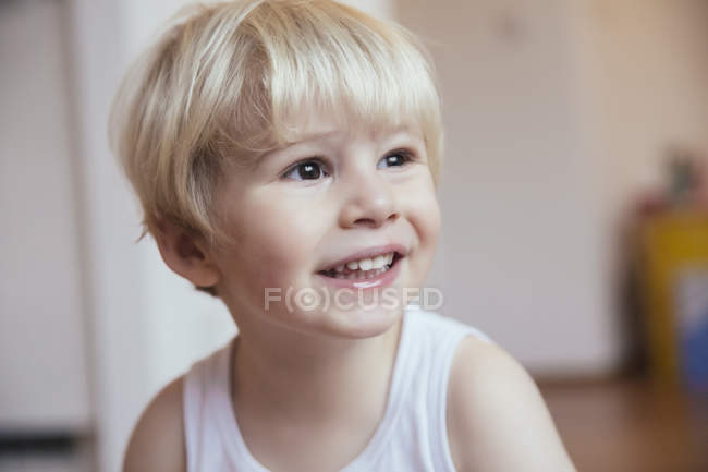 Portrait de petit garçon souriant regardant de côté — Photo de stock