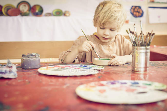 Concentrated little Boy painting in studio — Stock Photo