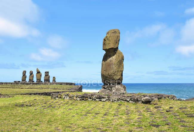 Chili, Île de Pâques, Hanga Roa, moais dans le complexe cérémonial de Tahai — Photo de stock