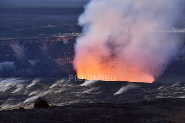 USA, Hawaii, Big Island, Volcanoes National Park, Kilauea caldera with volcanic eruption of Halemaumau — Stock Photo