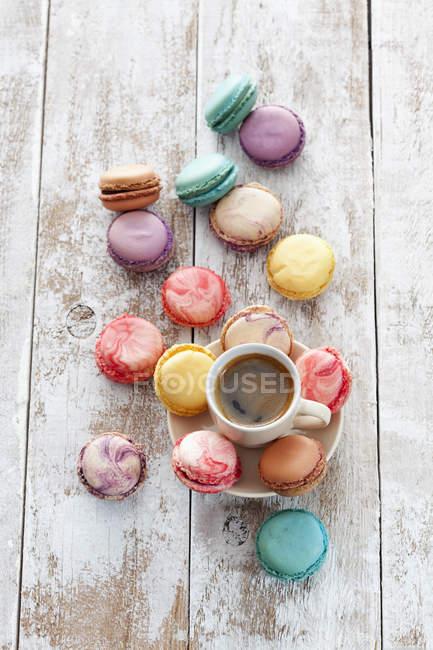 Xícara de café e macarons em fundo de madeira — Fotografia de Stock