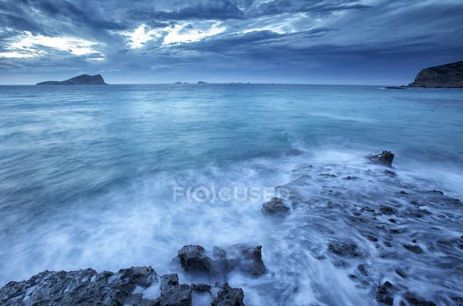 Spagna, Ibiza, Cala Comte all'ora blu — Foto stock