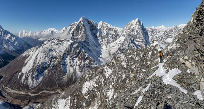 Région du Khumbu, Népal Everest, alpinistes sur le Pokalde peak — Photo de stock