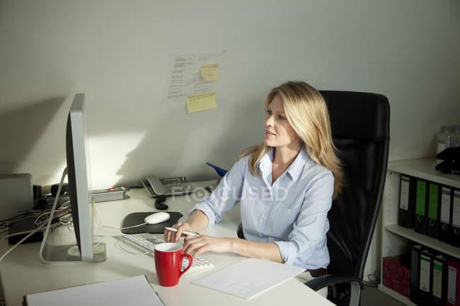 Donna che lavora sul computer — Foto stock