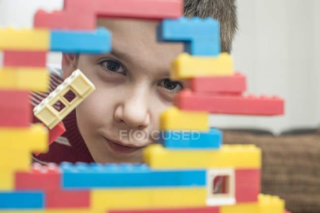 Junge spielt mit Bausteinen auf einem Tisch — Stockfoto