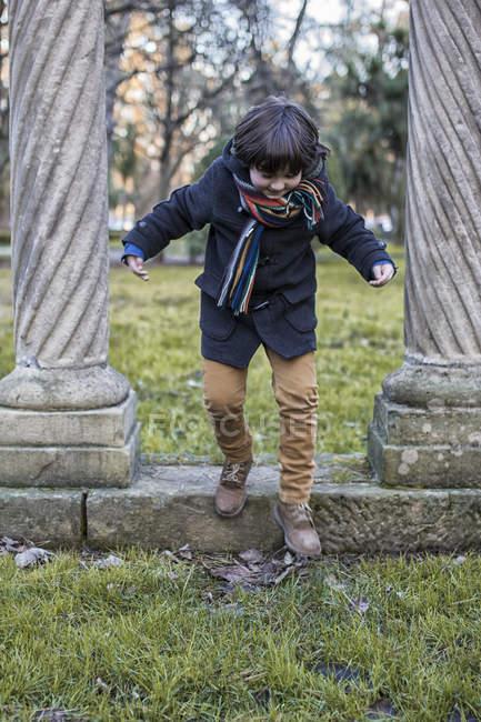 Хлопчик з задоволенням в парку — стокове фото