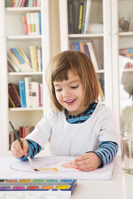 Портрет усміхнений дівчинка зафарбовування акварелі — стокове фото