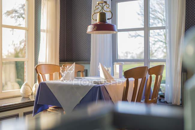 Mesa colocada en restaurante moderno vacío - foto de stock