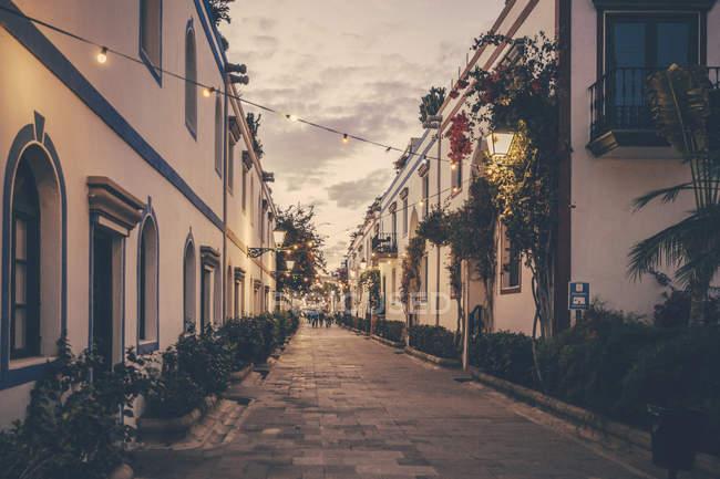 Spanien, Kanarische Inseln, Gran Canaria, Puerto de Mogan, Gasse in der Abenddämmerung — Stockfoto